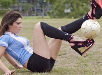 Это нужно видеть: спортивные девушки гоняют мяч!