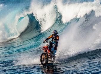Австралиец поражает мир: на мотоцикле по волнам.