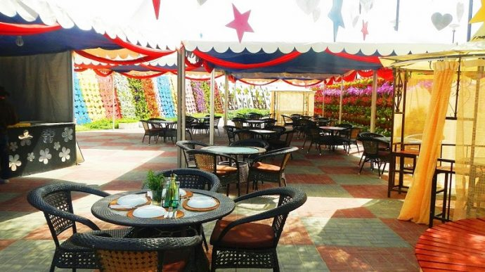 Кафе в парке цветов Дубай Миракл Гарден