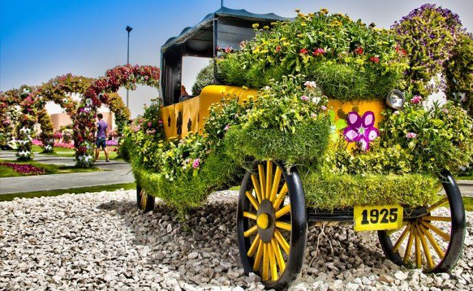 Машина в цветах в цветочном парке в Дубая, ОАЭ