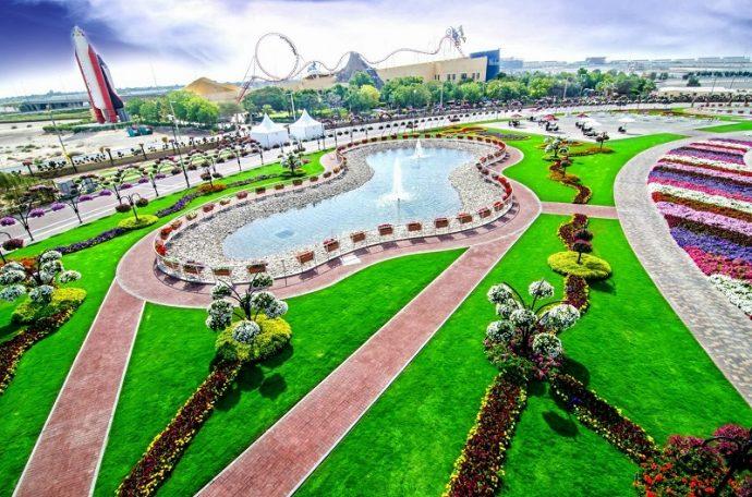 Искусственный водоем в цветочном парке в Дубае