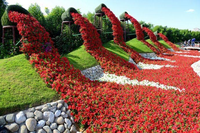Красивая цветочная композиция в парке цветов в Дубае