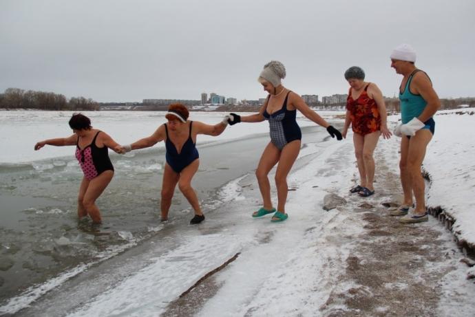 Люди-моржи входят в воду