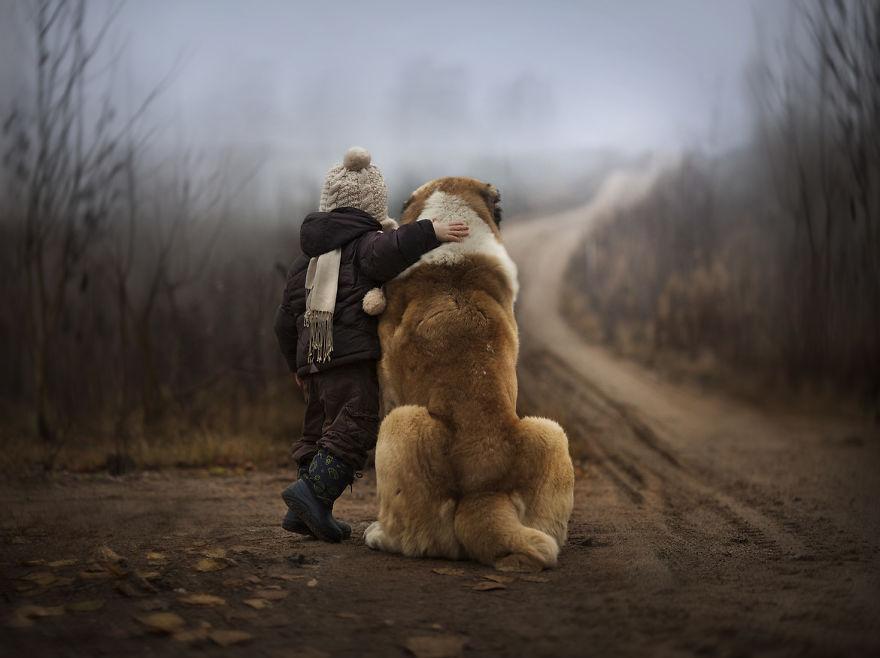 cool-animal-children-photography-Elena-Shumilova-hug