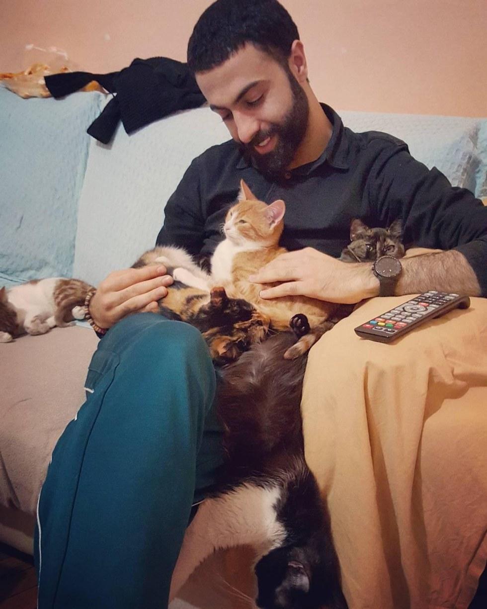 """""""Я сажаю слепую кошку на окно, и мы слушаем птиц..."""" Он спас девятерых, и теперь по ночам они приходят его благодарить! рис 3"""