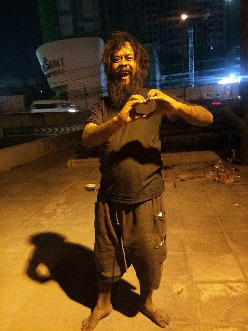 Голодный и танцующий: этот мужчина не имеет ничего, кроме ИХ любви... рис 2