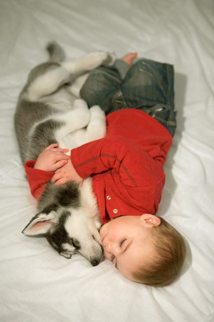 Живая подушка на страже сна! 10 самых умилительных фото спящих детей и их любимцев