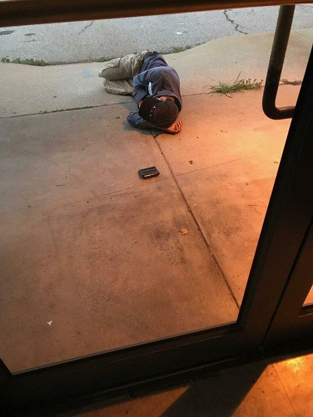 Бездомный уснул возле приюта... в надежде найти любимого питомца! Трогательная история искренней любви
