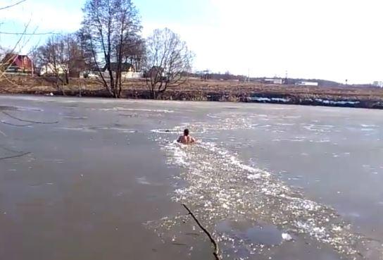 man-jumpos-in-frozen-lake-to-save-dog-2