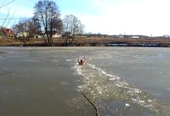 man-jumpos-in-frozen-lake-to-save-dog-3