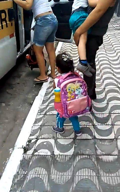 Пушистая контрабанда: деловая девочка, собираясь в школу, не забыла положить в портфель... щенка! Видео-милота :)