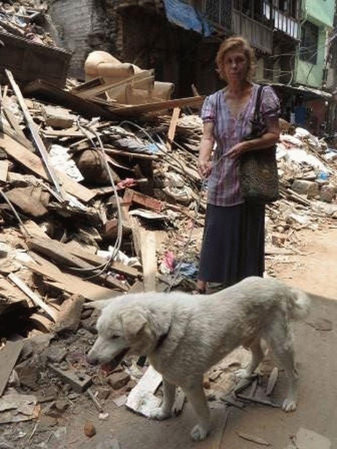 Эта пара не ждёт благодарности... Она просто спасает неприкаянных собак в Непале! рис 6