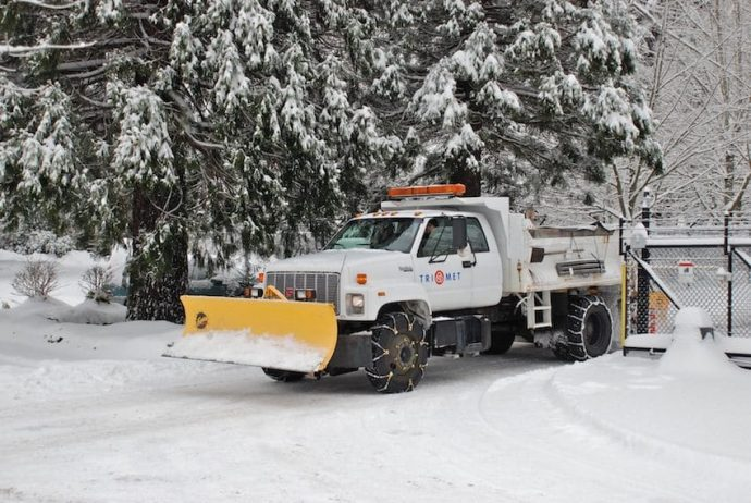 Snowplow-equipped_truck_fitted_with_two_types_of_tire_chains_TriMet_2008-850x569