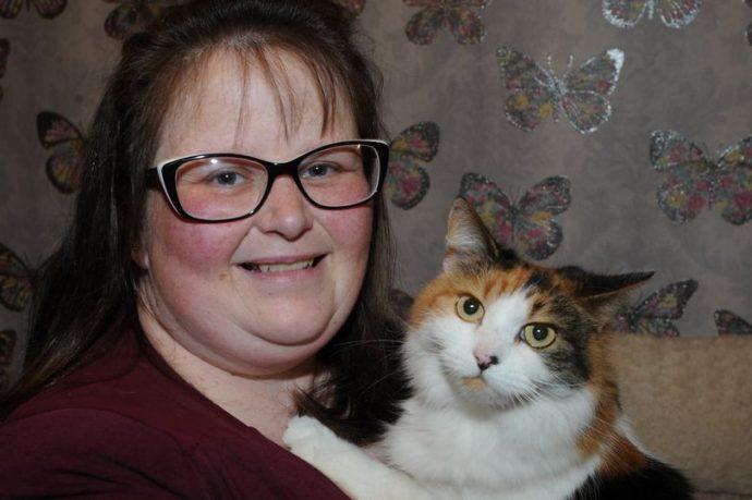 Побитая кошка еле приползла домой под Новый год. Лечить её было не на что... Она ждала чуда!
