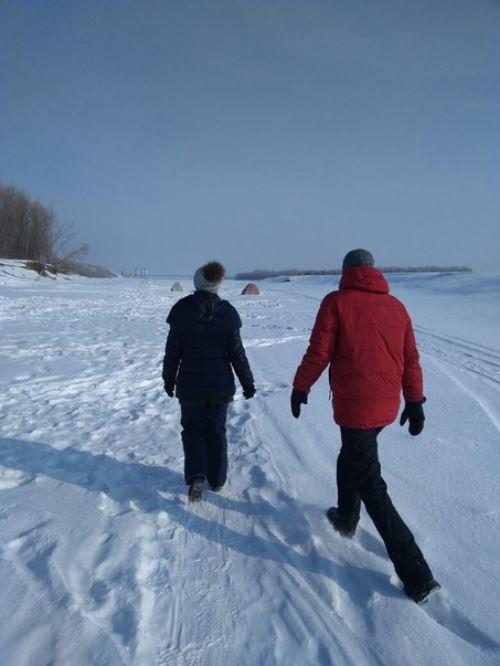 Кто-то выбросил больного пса на речной лёд... Бедолага примёрз, пришлось рыбакам оттаивать его огнём!
