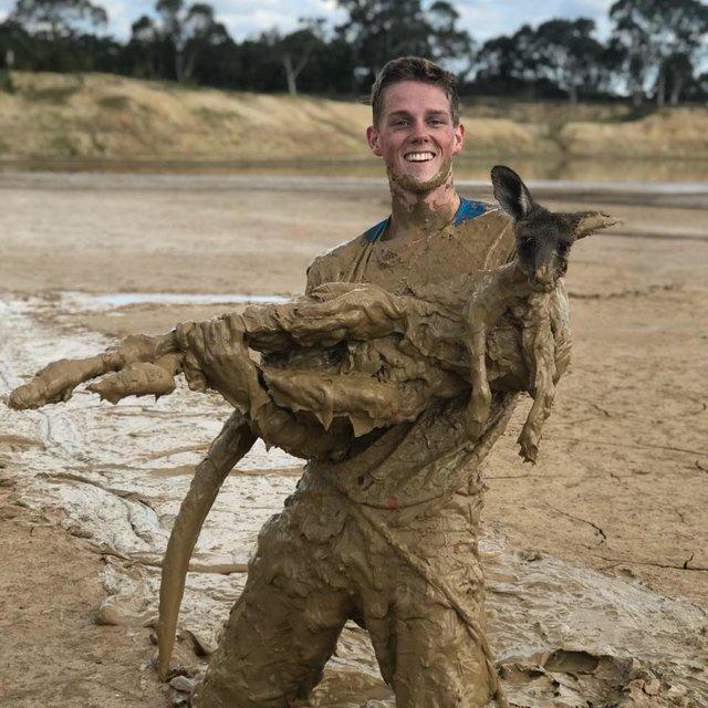 """""""На поверхности торчали только уши..."""" Подросток нырнул в болото, чтобы спасти кенгурёнка! рис 3"""