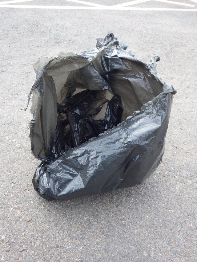 """""""Мимо магазина полз мусорный пакет..."""" Мужчина схватил находку и убежал, и теперь малыш под угрозой!"""