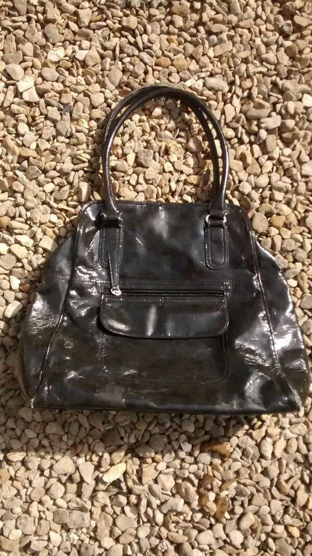 На гальке лежала женская сумочка... Кто-то подобрал её, в надежде найти деньги, но нашёл нечто БОЛЬШЕЕ!