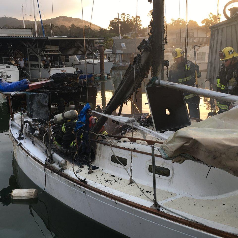 Лодка была объята пламенем! Когда пожар стали тушить, люди заметили забытого пассажира...