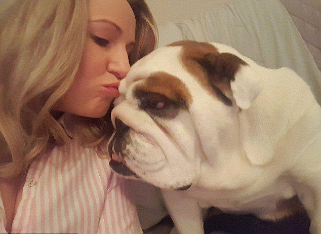 девушка целует бульдога
