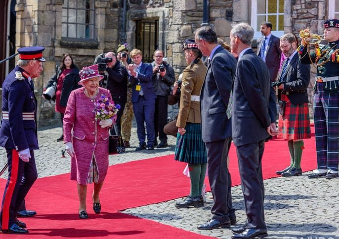 королева Елизавета в розовом наряде