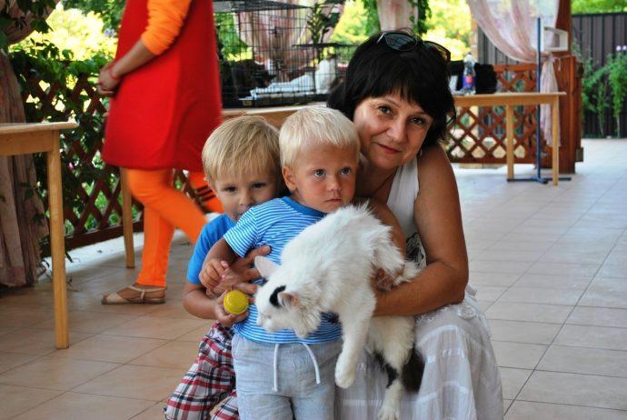 кот на руках у женщины и двух детей