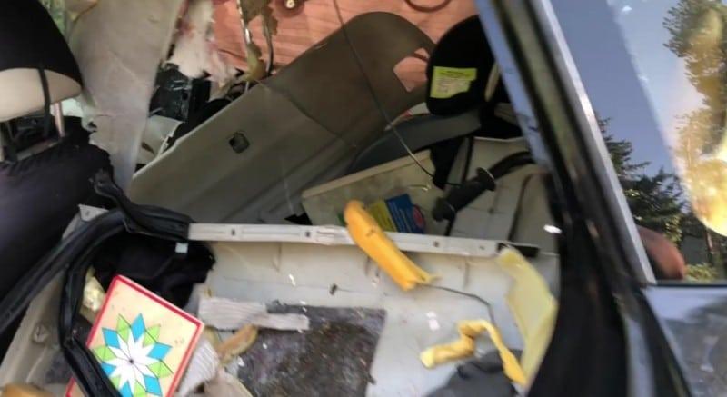 поломанный салон машины
