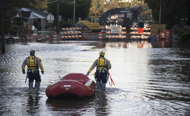 Спасатели идут по воде