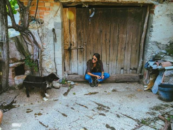 Девушка возле собаки