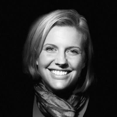 женщина на черно-белом фото