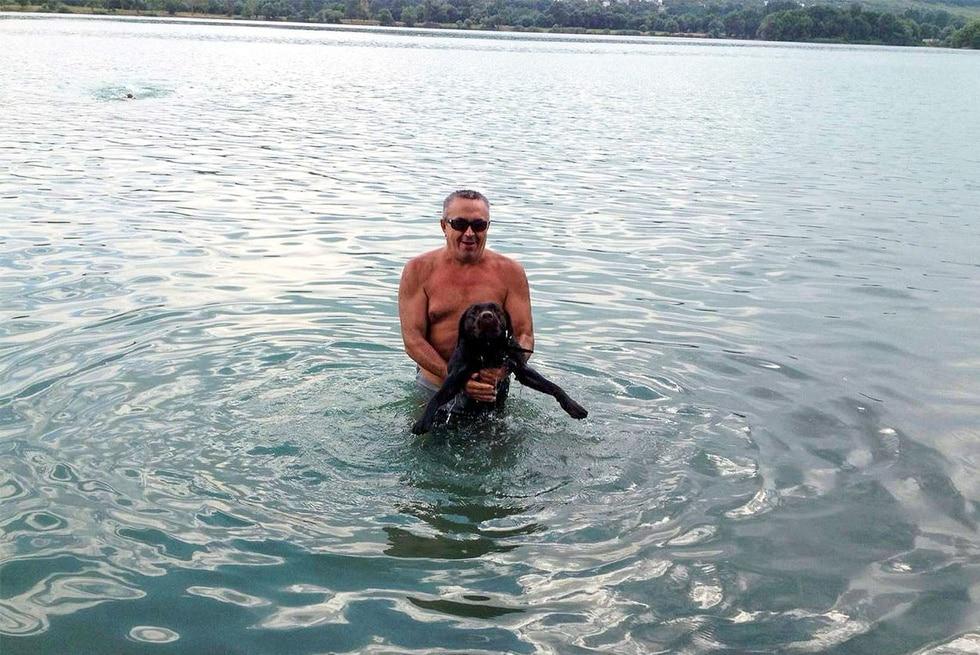 мужчина и собака в воде