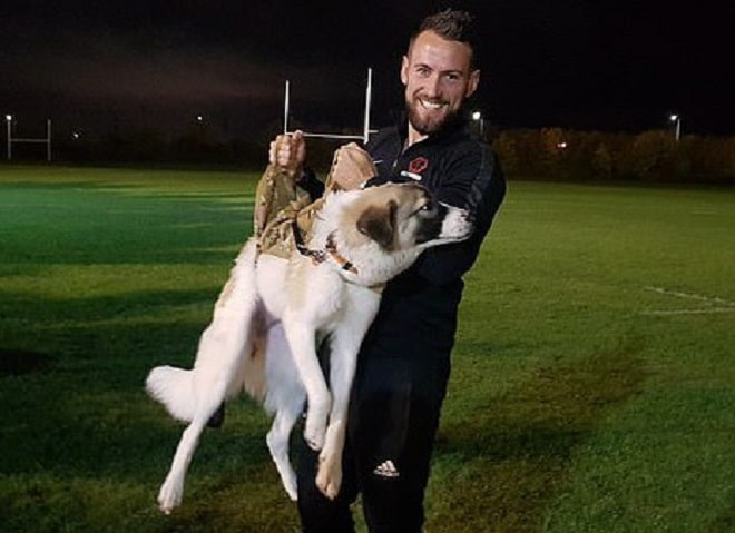 Мужчина держит собаку