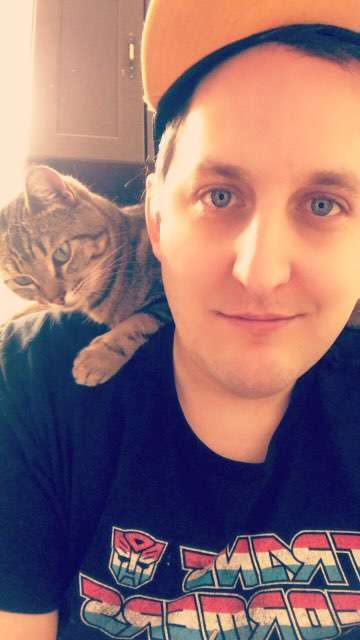 кошка на плече у хозяина