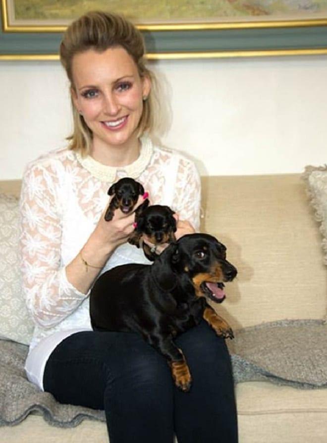 Женщина с щенками