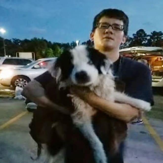 Парень держит собаку