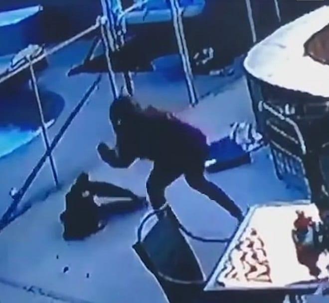 Девушка бьет птицу