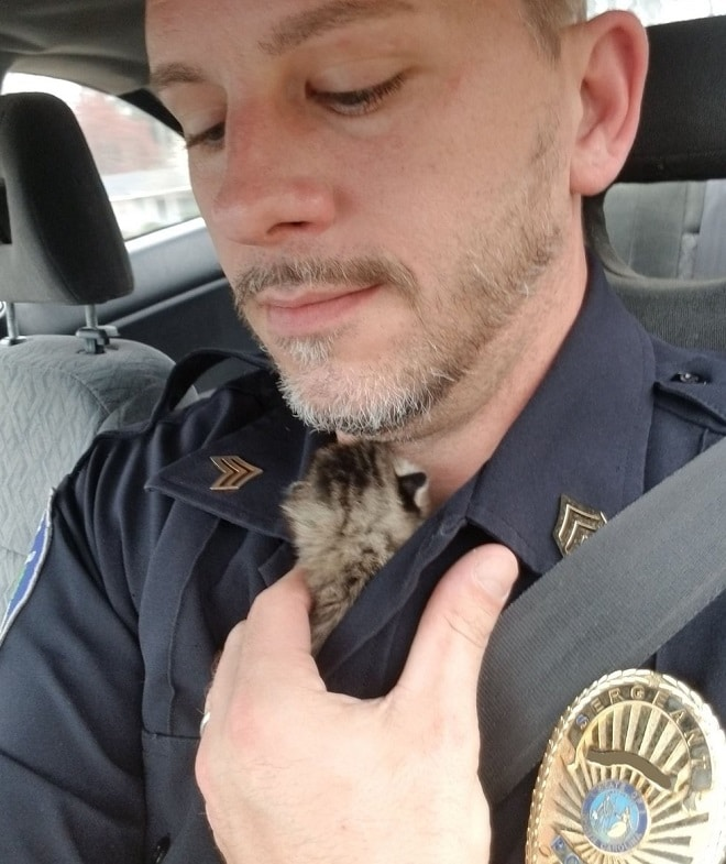 Полицейский с котенком