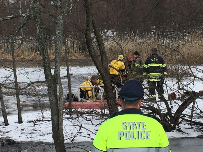 спасатели спасают пса