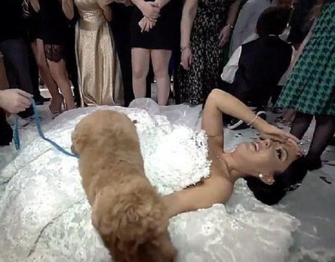 Невеста лежит на полу