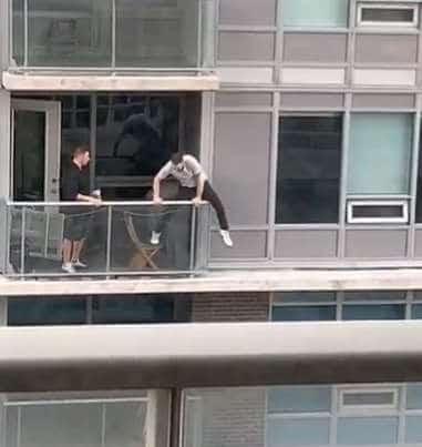 люди на балконе