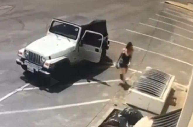 Женщина возе мусорки