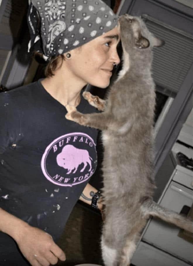 Девушка и серая кошка