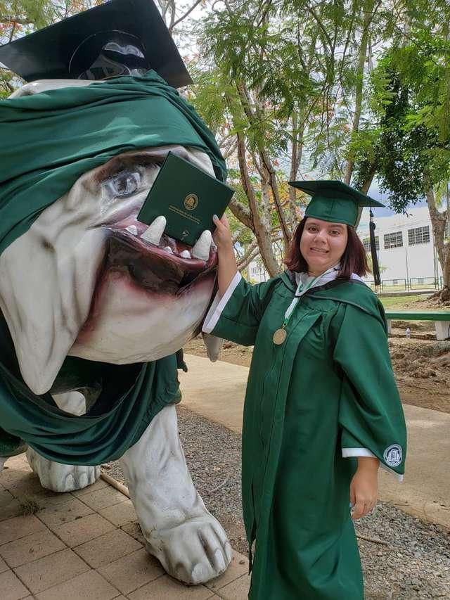 студентка и статуя
