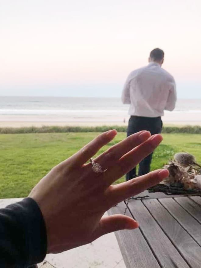 Рука с кольцом
