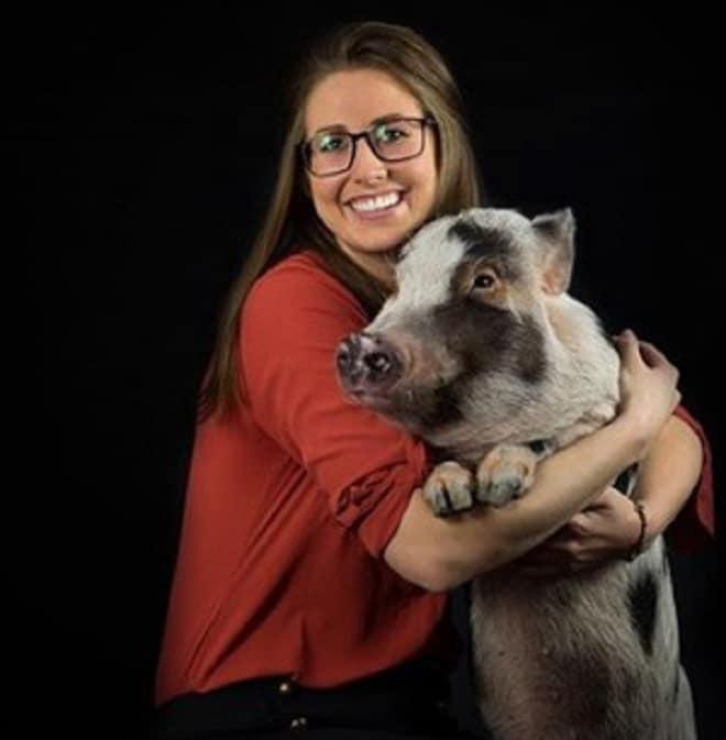 Девушка со свинкой