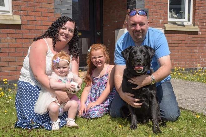 Семья с детьми и собакой