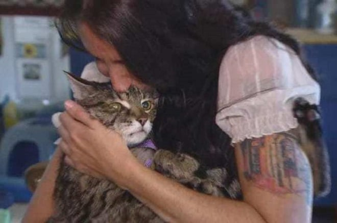 Женщина целует кота