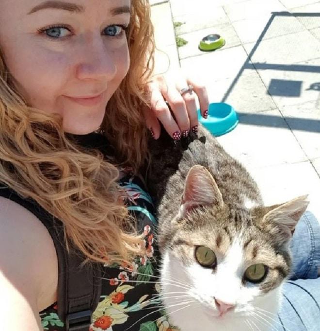Котенок и женщина