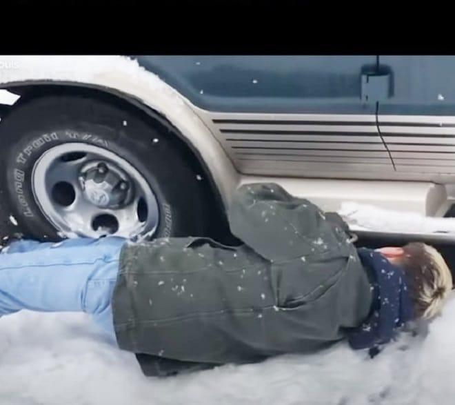 Человек под машиной