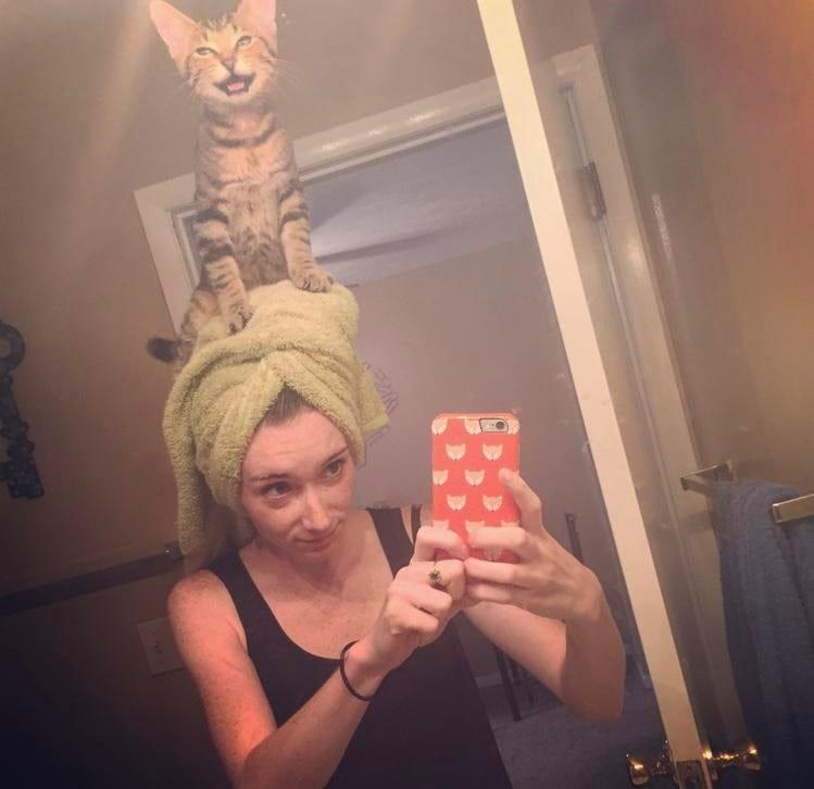 кот на голове у хозяйки